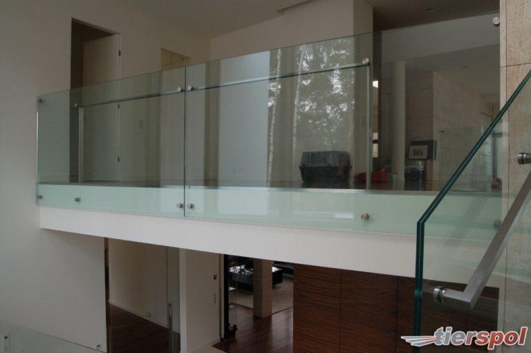 Schody ze szklanymi balustradami