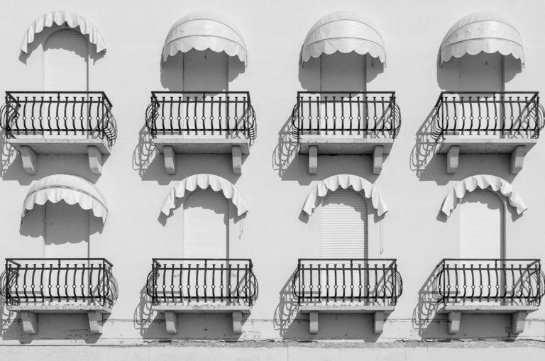 Jak selekcjonować osłony do zamontowania na balkonach?